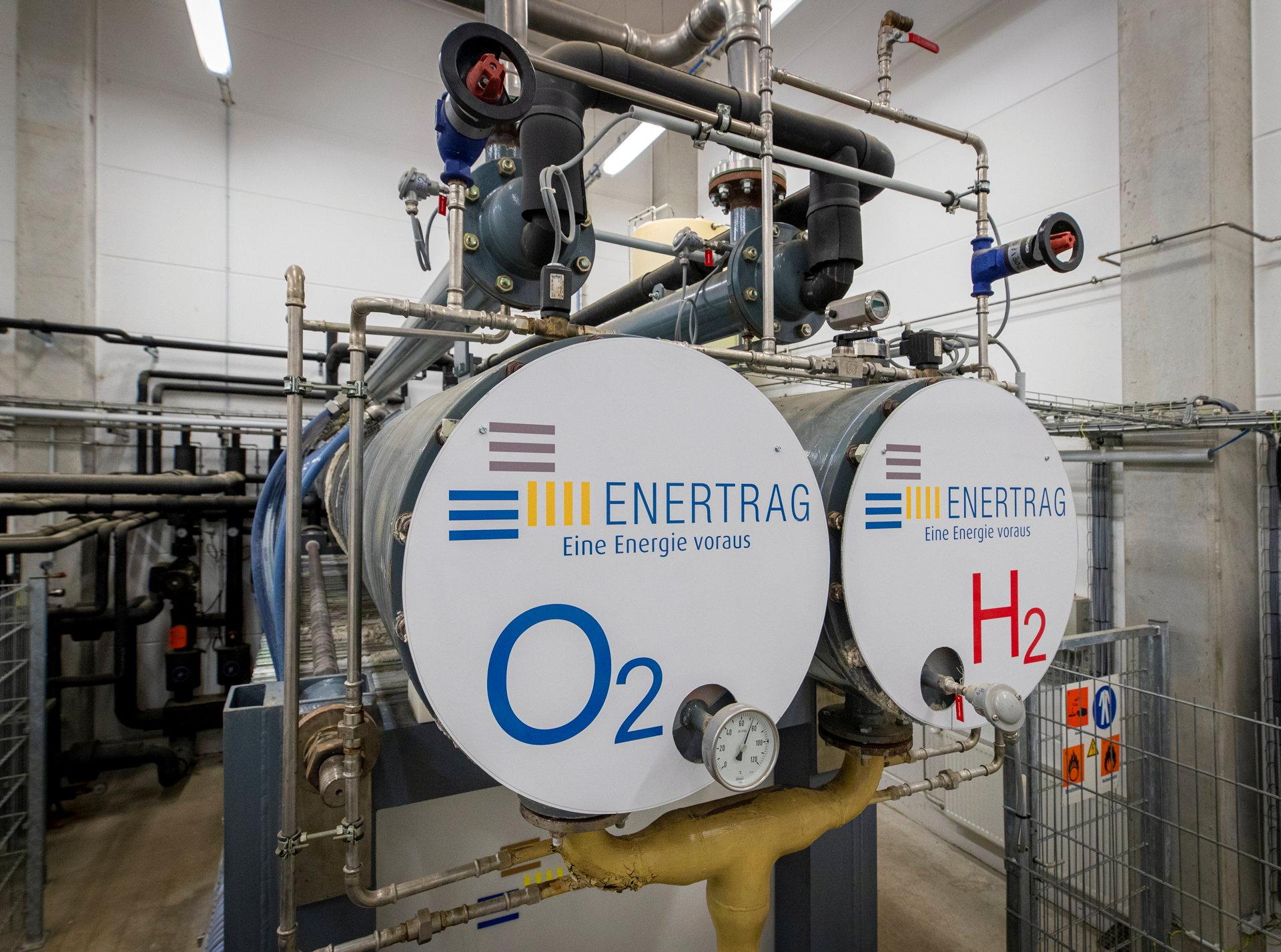 Elektrolyseuranlage mit Enertrag-Branding und Beschriftung für Sauerstoff und Wasserstoff.