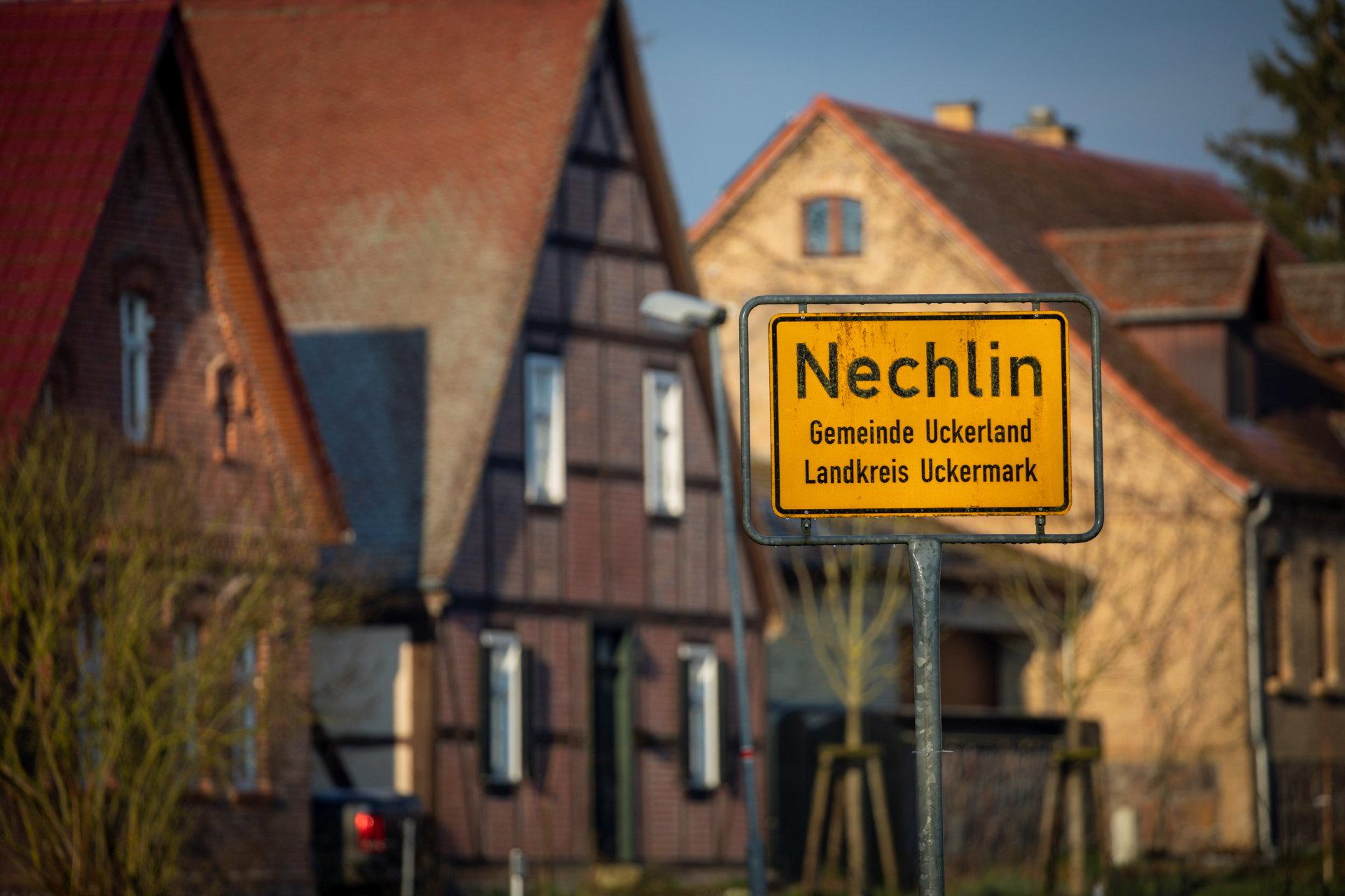 Ein gelbes Ortsschild mit dem Schriftzug