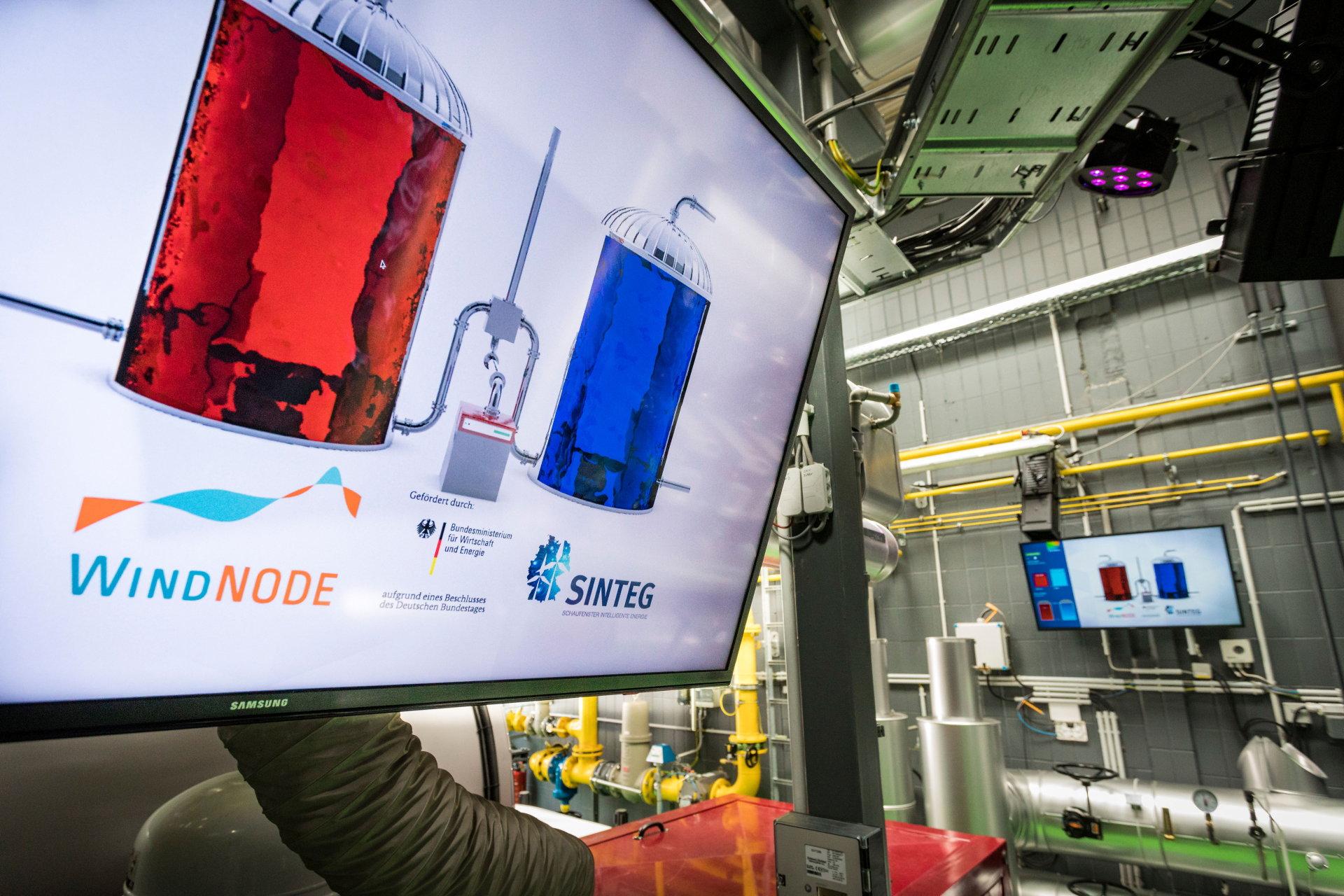 Ein Display zeigt den Inhalt zweier Kessel symbolisch mit roter und blauer Farbe.